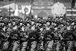 Компанию им составили представители высших военных вузов, Нахимовского училища, а также солдаты Западного округа, МЧС, внутренних войск МВД, ВДВ и погранвойск. Завершили пешую часть так называемые кремлевские курсанты (фото: Reuters)