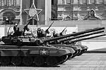 Следом на Красной площади появились танки – Т90А (фото: Reuters)
