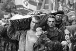 Похороны одного из самых известных и харизматичных командиров боевых отрядов Новороссии – убитого неизвестной диверсионной группой Алексея Мозгового – прошли в Алчевске. Похоронили и убитых вместе с ним сослуживцев