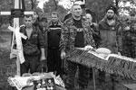 Друзья и сослуживцы погибшего (фото: Михаил Соколов/ТАСС )