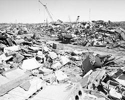 В первые сутки развалины стучали, плакали (Фото: Роман Денисов/ТАСС)