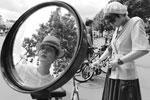Одежда велосипедистов соответствовала времени производства железного коня (фото: Артем Геодакян/ТАСС )