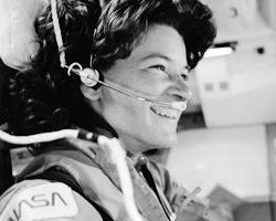 Под фото астронавта Салли Райд гордая подпись: «Первая женщина в космосе. 1983». Без всяких уточнений «американская». Валентины Терешковой и Светланы Савицкой просто не существует (Фото: nasa.gov)
