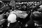 Однако протестная акция привела к столкновению митингующих с полицией. Как заявляют протестующие, полиция применила перцовый газ и избивала демонстрантов. В результате около 100 человек пострадали (фото: Reuters)