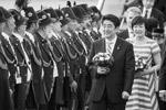 Прилетел в Германию и премьер-министр Японии Синдзо Абэ в сопровождении своей супруги Акиэ Абэ (фото: EPA/ТАСС)