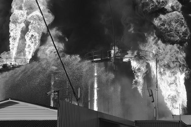Вероятной причиной пожара могла стать техническая ошибка при работе с нефтепродуктами