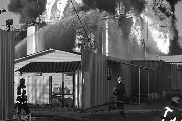 С огнем борются более 300 человек с привлечением более 60 единиц техники