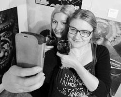 Подвинься, у меня одна тысяча подписчиков в инстаграме, они расскажут мне, что я красивая, умная, тонкая и остроумная дама (Фото: Руслан Шамуков/ТАСС)