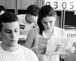 Никто из современных родителей не сможет рассказать своему чаду о том, как он сдавал эти самые выпускные экзамены (Фото: Сергей Фадеичев/ТАСС)