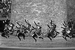 Артисты исполнили традиционный азербайджанский танец (фото: Kai Pfaffenbach/Reuters)