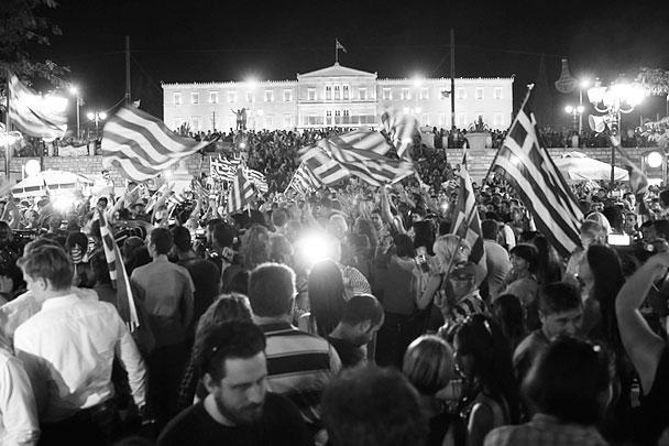 Тысячи митингующих собрались у здания парламента Греции, чтобы выразить солидарность с правительством страны и отметить свою победу