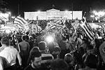 Тысячи митингующих собрались у здания парламента Греции, чтобы выразить солидарность с правительством страны и отметить свою победу (фото: KAY NIETFELD/EPA/ТАСС)