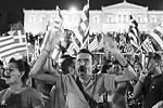 В Греции сторонники отказа от соглашения с европейскими кредиторами бурно отметили победу национальной политики над требованиями европейских кредиторов. На прошедшем в воскресенье референдуме 61,31 процента греков сказали «нет» политике жесткой экономии, оставив оппонентов в меньшинстве. В стране продолжаются массовые гуляния и демонстрации, которые не обошлись и без уличных беспорядков (фото: Marko Djurica/Reuters)