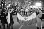 После того как стало известно, что Иран и «шестерка» международных посредников после многолетних переговоров подписали, наконец, соглашение по ядерной программе исламской республики, тысячи людей вышли на улицы Тегерана с национальными флагами. Известие об историческом соглашении совпало с завершением священного мусульманского месяца Рамадан. Столица исламской республики в эту ночь не спала – по городу разъезжали автомобили с флагами, развевающимися из окон, не смолкал звук клаксонов (фото: Abedin Taherkenareh/EPA/ТАСС)