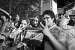 Жители Тегерана, надеющиеся на улучшение жизни после снятия международных санкций, благодарят президента ИРИ Хасана Роухани (считающегося умеренным и более договороспособным политиком в сравнении с его предшественником Махмудом Ахмадинежадом) и непосредственного участника исторического соглашения – главу МИД Ирана Мохаммада Джавада Зарифа.<br> «Я по-настоящему счастлива от того грандиозного соглашения, которое нам принес доктор Зариф». «Чувствую себя несколько легче в результате всей этой проделанной тяжелой работы. Спасибо доктору Роухани и доктору Зарифу», – говорили участники стихийных народных гуляний корреспондентам российского «Первого канала» (фото: TIMA/Reuters)