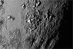 Зонд New Horizons прислал на Землю первые фотографии поверхности Плутона и его спутника Харона в высоком разрешении. При этом на Хароне видна темная область, вероятно, покрытая пылью, которую уже успели прозвать Мордором по аналогии с обителью зла из романов культового писателя Джона Толкина (фото: NASA)