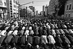 Молящиеся заполнили улицы, прилегающие к мечети (фото: Сергей Савостьянов/ТАСС)