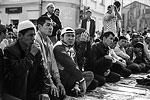На пути к мечети торговцы предлагают желающим купить молитвенные коврики и головные уборы (фото: Сергей Савостьянов/ТАСС)