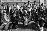 Кто не успел расположиться, совершал намаз стоя или на корточках (фото: Сергей Савостьянов/ТАСС)