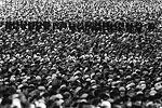 Перед Соборной мечетью собрались десятки тысяч мусульман (фото: Сергей Савостьянов/ТАСС)