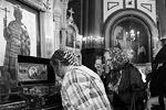 Православные верующие в храме Христа Спасителя у мощей святого равноапостольного князя Владимира после божественной литургии (фото: Михаил Метцель/ТАСС)