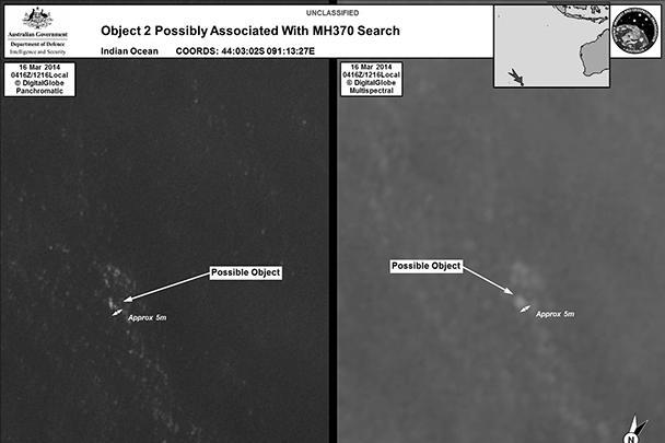 Австралийское управление морской безопасности (AMSA), объявившее об обнаружении обломков, опубликовало фотографии, на которых запечатлены объекты на фоне океана