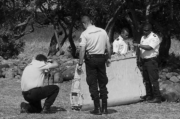 Полицейские и жандармы осматривают и протоколируют найденный обломок