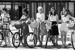 В московском парке «Сокольники» в субботу был организован велопарад «Леди на велосипеде». Причем девушки не просто крутили педали, но и перевоплотились в известных кинодив прошлого: Мэрилин Монро, Марлен Дитрих и других (фото: Михаил Метцель/ТАСС)