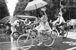 Участницам велопробега нужно было полностью перевоплотиться в одну из знаменитых актрис XX века, надев красивое платье, туфли, взяв с собой необходимые модные аксессуары (фото: Михаил Метцель/ТАСС)