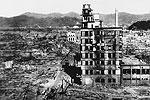 После сброса бомбы моментально погибло почти 100 тысяч человек. На фото немногие выжившие проходят мимо уцелевшего здания спустя два дня после бомбежки (фото: Max Desfor/AP/ТАСС)