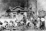 Выжившие после ядерного удара по Хиросиме и Нагасаки не знали, что большинство их них умрет позже от болезней. На фото пострадавшие японцы ждут медицинской помощи у больницы (фото: AP/ТАСС)