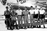 Экипаж самолета Enola Gay – того самого, который 6 августа сбросил атомную бомбу на Хиросиму. Командир экипажа Пол Тиббетс стоит в центре  (фото: US Government)