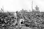 Житель японского города Хиросима пришел к тому месту, где был его дом, спустя месяц после бомбежки. От него осталась только небольшая часть фундамента (фото: Stanley Troutman/AP/ТАСС)