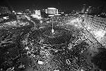 Множество людей до самой ночи не покидали площадь Тахрир в Каире. Демонстрации прошли также в Гизе, Александрии и других египетских городах (фото: Mohamed Abd El Ghany/Reuters)