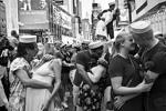 В Нью-Йорке на центральной площади Таймс-сквер в субботу собрались сотни пар, чтобы повторить знаменитый поцелуй моряка и медсестры, запечатленный фотографом Альфредом Эйзенштадтом в день победы над Японией (фото: Bebeto Matthews/AP/ТАСС)