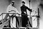 1-й секретарь ЦК КП(б) Украины Никита Хрущев (слева) следит за уборкой хлеба в колхозе Запорожской области. Хрущев был первым секретарем, а затем и главой правительства республики до 1949 года. В 1954 году он инициировал передачу Крыма Украине