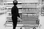 Во время рейда казаки отобрали несколько видов зарубежных продуктов и стали требовать у руководства магазина документы на эти товары. Такие документы вскоре были предоставлены, «санкционку» таким способом выявить не удалось (фото: Сергей Коньков/ТАСС)