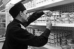 Часть посетителей магазина поведение казаков шокировало, другие умилялись, третьи поддерживали их начинание (фото: Сергей Коньков/ТАСС)