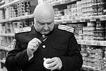 Казаки хорошо подготовились к рейду, например распечатали постановление правительства со списком санкционных продуктов, после чего начали поиск (фото: Сергей Коньков/ТАСС)