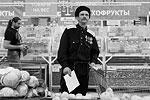 По словам журналистов, сопровождавших казаков в рейде, в корзине патрулей оказалось не менее полусотни наименований импортной продукции (фото: Сергей Коньков/ТАСС)