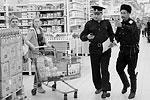 Все подозрительные зарубежные продукты казаки купили, чтобы потом направить чеки в прокуратуру (фото: Сергей Коньков/ТАСС)