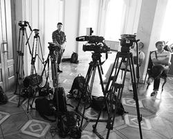 И теперь у журналиста, который все это устроил, по ее мнению, есть единственная возможность загладить свою вину (фото: Максим Никитин/ТАСС)