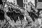 Военные облачены в новую камуфляжную полевую форму, которую разрабатывали в течение четырех месяцев. Специалисты отмечают ее необыкновенное сходство с формой войск НАТО (фото: facebook.com/president.gov.ua)