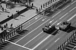 """Традиционные автомобили """"Чайка"""" в этом году заменили на американские """"Хаммеры"""", на которых выехали навстречу друг другу министр обороны страны и начальник киевского военного гарнизона (фото: facebook.com/president.gov.ua)"""