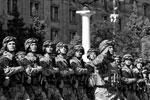 Оружие в этом году несли дулом вниз – на западный манер. Ранее, в том числе и на аналогичном параде в 2014 году, на Украине его носили так же, как и в России – дулом вверх (фото: facebook.com/president.gov.ua)