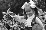 Новый год в школе традиционно начинается с первого звонка. На фото ученик гимназии номер два во Владивостоке несет на плече первоклассницу, которая звонит в колокольчик, оповещая о начале занятий (фото: Виталий Аньков/РИА «Новости»)