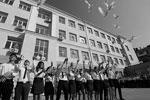 Учащиеся лицея номер 11 из Ростова-на-Дону выпустили в небо белых голубей. Эта птица считается символом мира, любви и гармонии (фото: Валерий Матыцин/ТАСС)