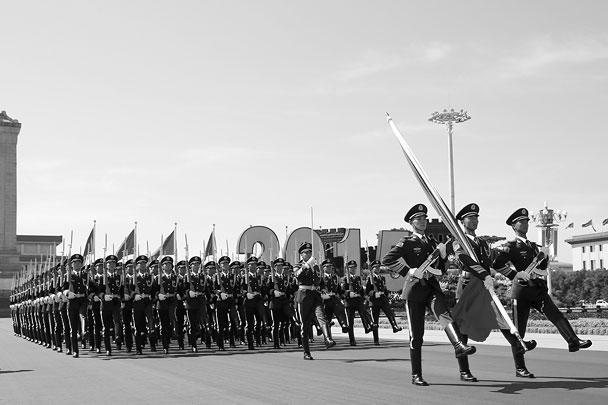 В параде в общей сложности приняли участие около 12 тыс. военнослужащих, из которых около тысячи представляли иностранные государства