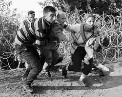 Главные пострадавшие – те миллионы мужчин, женщин и детей, которые не могут прекратить войну и нищету в своих странах (фото: Bernadett Szabo/Reuters)