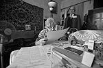 Люди, не имеющие возможности прийти на участок, могут проголосовать дома. На фото жительница Казани голосует на выборах президента Республики Татарстан и депутатов Казанской городской думы третьего созыва (фото: Максим Богодвид/РИА «Новости»)